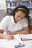 図書館で勉強している学生 — ストック写真