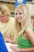 Studenti universitari che lavorano in biblioteca — Foto Stock