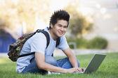 étudiant à l'université avec ordinateur portable — Photo