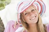 Ung kvinna bär stråhatt — Stockfoto