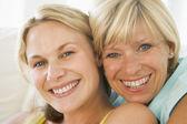 Mor och vuxen dotter leende — Stockfoto
