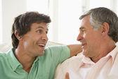 Far och vuxen son talar — Stockfoto