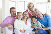 Family sitting indoors smiling — Stock fotografie