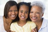 Grootmoeder met volwassen dochter en kleinkind — Stockfoto