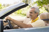 Man in convertible car smiling — Stockfoto