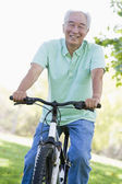 Man on bike outdoors smiling — 图库照片