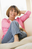 Woman in living room smiling — Foto Stock