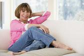 Mujer en la sala de estar sonriendo — Foto de Stock