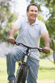 Man on bike outdoors smiling — Stockfoto