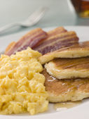 American Pancakes with Crispy Bacon and Scrambled Eggs and Maple — Стоковое фото