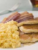 Américains crêpes, bacon croustillant et des œufs brouillés et érable — Photo