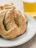 Large Salted Pretzel and a Glass of Beer — Stock Photo