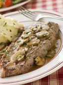 Surlonge de steak avec pommes de terre sauce et purée de diane — Photo