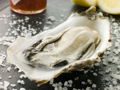 Opened Rock Oyster with Hot Chilli Sauce Lemon and Sea Salt — Stock fotografie
