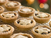 Mince Pies on a Cooling rack — Stock Photo