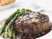 Fillet of Beef Bordelaise with Asparagus Spears and Saut Potatoe — Stock Photo