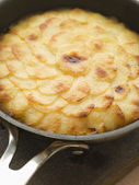 Pomme Anna Cake in a Frying Pan — Stock Photo