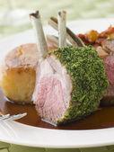 ハーブの地殻のジャガイモのフォンダンとレミーのおいしいレストランと子羊のラック — ストック写真