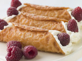 Cream Brandy Snaps with Raspberries — Stock Photo