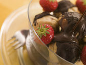 Chocolate Profiteroles with Strawberries and Chocolate Sauce — Stock Photo