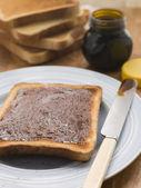 Fatias de pão com fermento extrato de propagação — Foto Stock