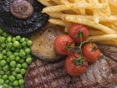 Sirloin steak chips en grill garnituur — Stockfoto