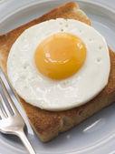 жареное яйцо с белыми тостами — Стоковое фото