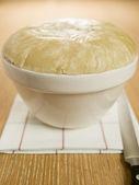 ångad talg pudding i en pudding bassäng — Stockfoto