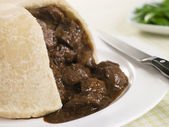 Steamed Steak and Kidney Pudding with Green Beans English Food,F — Stock Photo