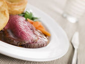 Roast Topside of British Beef with Yorkshire Pudding and Vegetab — Stock Photo