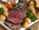 Roast Rib eye of British Beef with all the Trimmings — Stock Photo