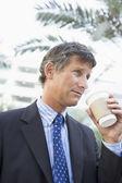 Hombre de negocios al aire libre tomando café — Foto de Stock