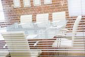 空董事会通过一个窗口 — 图库照片