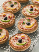 Smiley inför pizza muffins — Stockfoto