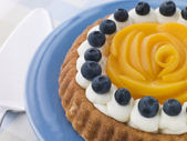 Whipped Cream Peach and Blueberry Sponge Flan — Stock Photo
