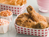 Southern Fried Chicken Coleslaw Baked Beans Fries and Strawberry — Stock Photo