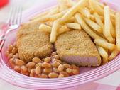 Breadcrumbed lunch kött med vita bönor och chips — Stockfoto