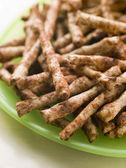 Hartige volkoren snacks gearomatiseerd met gist uittreksel — Stockfoto