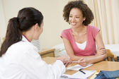 Woman in doctor's office smiling — Foto Stock