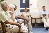 Cinq en attente dans la salle d'attente — Photo