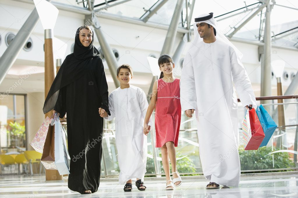 A Middle Eastern family in a shopping mall — Stock Photo #4760691