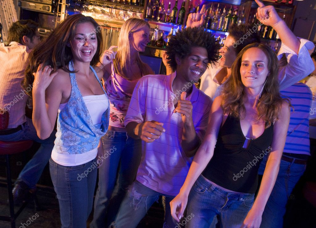 Young men and women dancing in a nightclub — Stock Photo #4760955