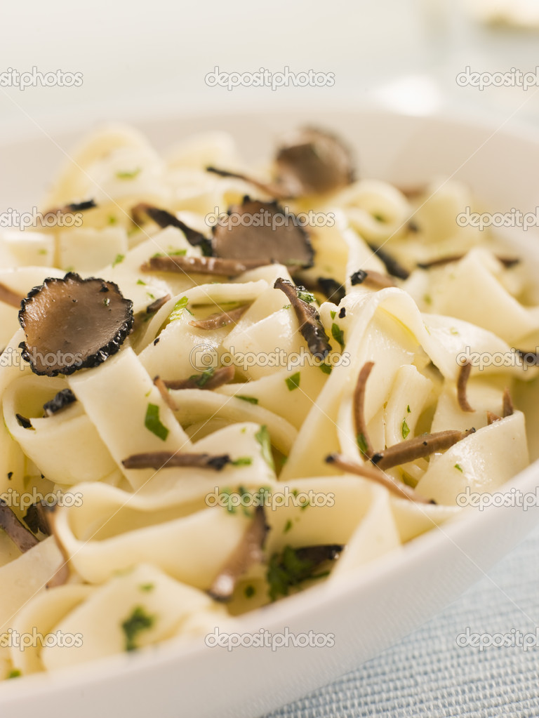 Tagaliatelli with Sliced Black Truffles — Stock Photo #4765736