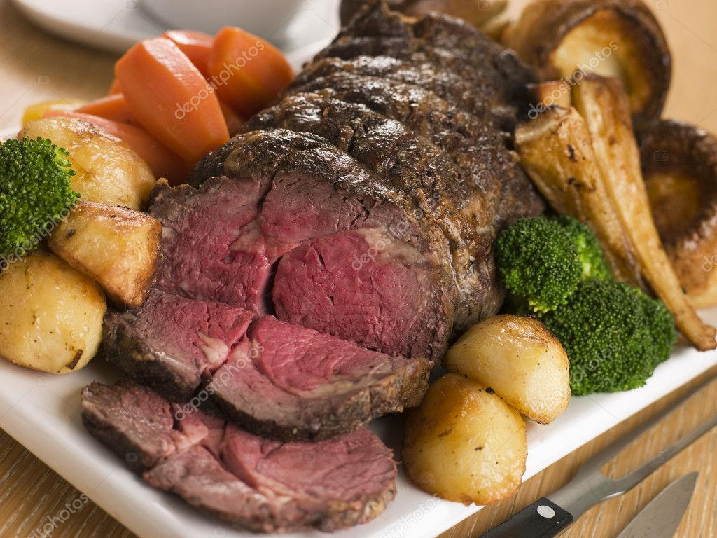 Roast Rib eye of British Beef with all the Trimmings — Stock Photo #4766157