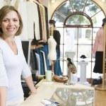 mujer en ropa tienda sonriendo — Foto de Stock