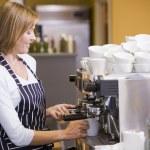 žena dělat kávu v restauraci usmívá — Stock fotografie
