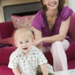 Mother in living room with baby smiling — Stock Photo