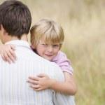 pai segurando o filho ao ar livre sorrindo — Foto Stock