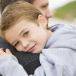 filho de pai segurando na praia — Foto Stock