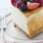 纽约芝士蛋糕在板上的切片 — 图库照片